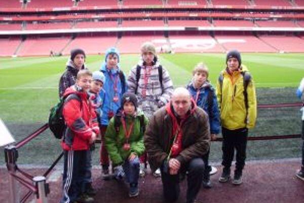 Hráči Pov. Bystrice s trénerom na štadióne Arsenalu Londýn.