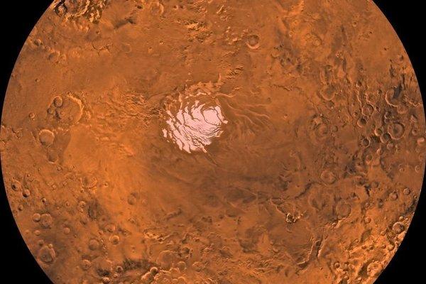 Planina Australe na južnom póle Marsu. Pod ľadovou pokrývkou objavili dôkaz o prítomnosti jazera.