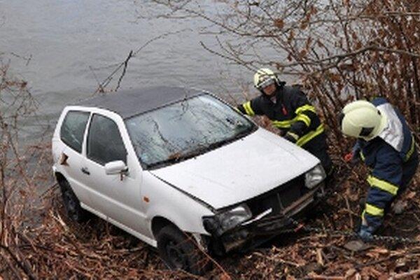 Volkswagen museli vytiahnuť na breh hasiči.