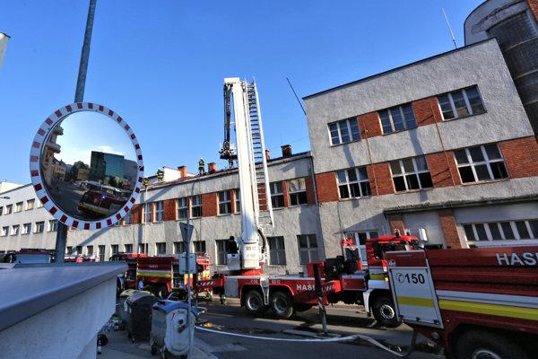Likvidácia požiaru včera zamestnala niekoľko hasičských tímov.