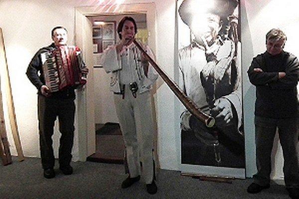 Jaro Sloboda (v strede) na vernisáži vo Florinovom dome.