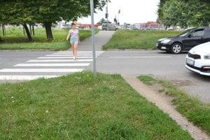 Na Bukoveckej ulici v mestskej časti Nad jazerom si chodník vedúci od priechodu pre chodcov urobili ľudia svojpomocne.