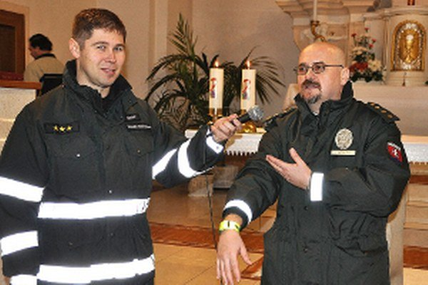 Policajný kňaz Peter Hámor (vľavo) a policajný preventista Tibor Šándor.