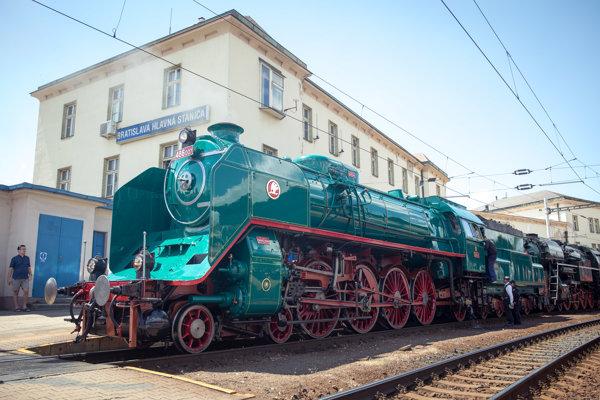 Vlak bude poháňať parný rušeň, súčasťou súpravy bude historický vozeň Aza 80 vyrobený v roku 1930 pre prezidenta Masaryka.
