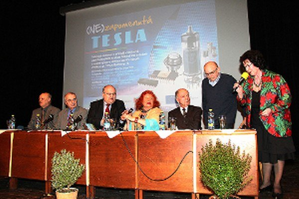 Na oravskú Teslu spomínal Jozef Ďubjak (tretí zľava), Eva Kollárová  a Ladislav Ďuroška (tretí sprava).