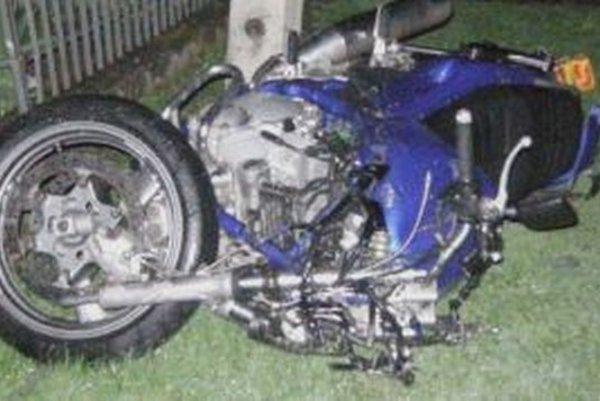 Zničená motorka.