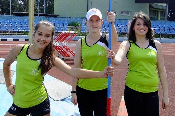 Kristína Vodičková (v strede) triumfovala v hode oštepom.