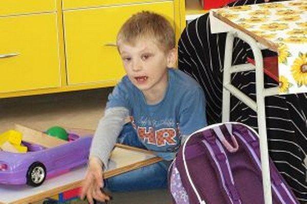 Do trstenskej školy chodí chlapček rád. Učiteľky však k nemu musia byť veľmi láskavé a trpezlivé.