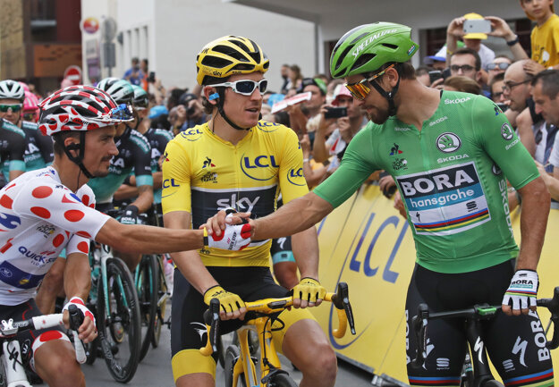 Peter Sagan (vpravo), Geraint Thomas (uprostred) a Julian Alaphilippe pred štartom poslednej etapy.