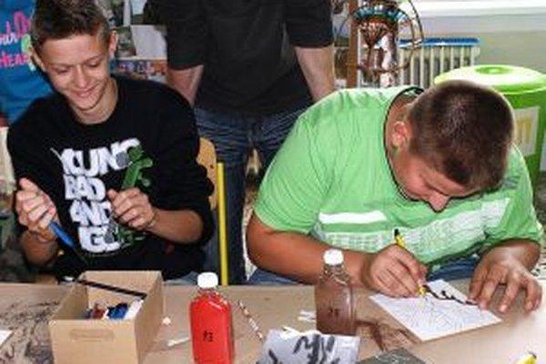 Maľovanie pieskom bavilo aj chlapcov.