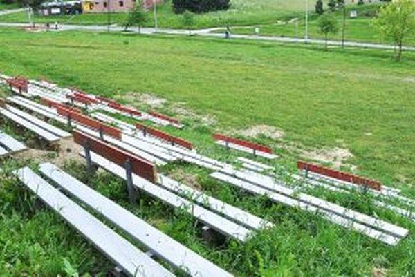Lavičky už sú, ešte chýbajú schody a pódium.