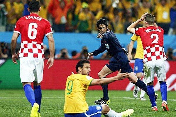 Japonský rozhodca Nišimura nariadzuje pokutový kop pre Brazíliu.