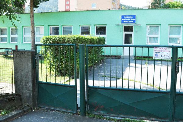 Všetky tri pavilóny ZUŠ Ivana Ballu už majú nové okná, ostáva ešte vymeniť plot sbránou.
