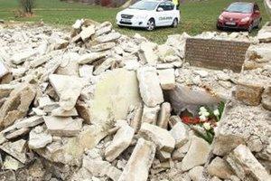 Mnohým ľuďom z dediny sa tisli slzy do očí pri pohľade na kopu kameňov, z ktorých bola kedysi kaplnka.