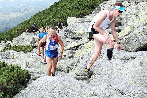 Čoskoro 60-ročný Dolnokubínčan (štartové číslo 1) predbehol veľa mladších účastníkov behu do vrchu.