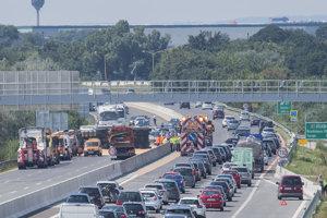 Kamión na hodiny zablokoval diaľnicu.
