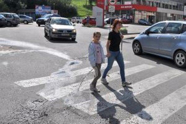 Priechod pred poštou. Chodci aj vodiči tam musia dávať veľký pozor.