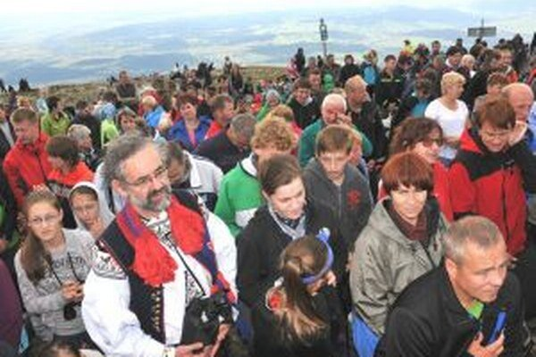 Veriaci na vrchole Babej hory.