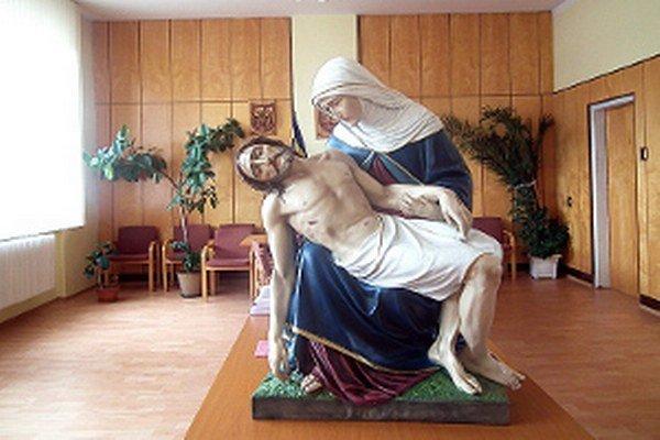 Socha Sedembolestnej čaká na posvätenie v zasadačke obecného úradu.