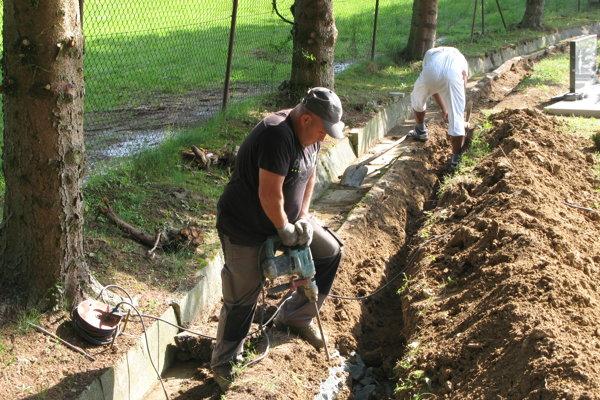 Práce na cintoríne v Kanianke.