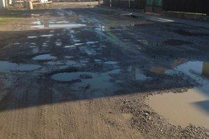 Po daždi sa ešte viac ukáže, v akom zlom stave je cesta v Lietavskej Lúčke.