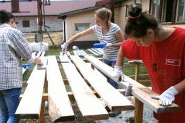 Šikovných a ochotných mladých ľudí žije v Dolnom Kubíne dosť. Títo pracujú na stavbe amfiteátra.