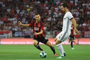 Hráč Trnavy Anton Sloboda a hráč Legie Iňaki Astiz v súboji o loptu.