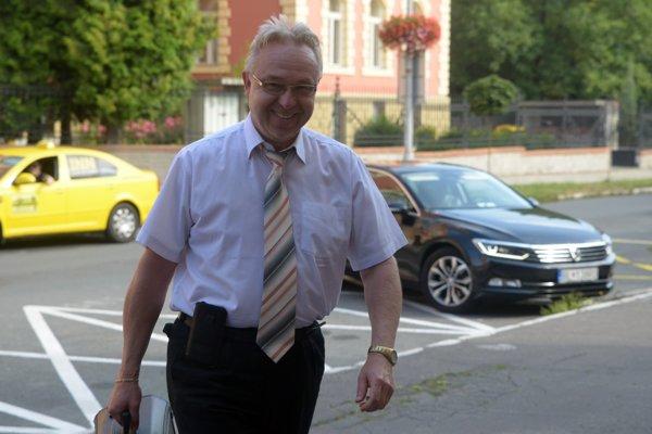 Prokurátor Ján Šanta počas príchodu na neverejné pojednávanie s podnikateľom na Špecializovanom trestnom súde v Banskej Bystrici, na ktoré sa obvinený Kočner osobne nedostavil.