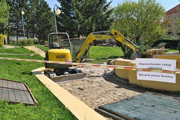 Práce na novej fontáne.