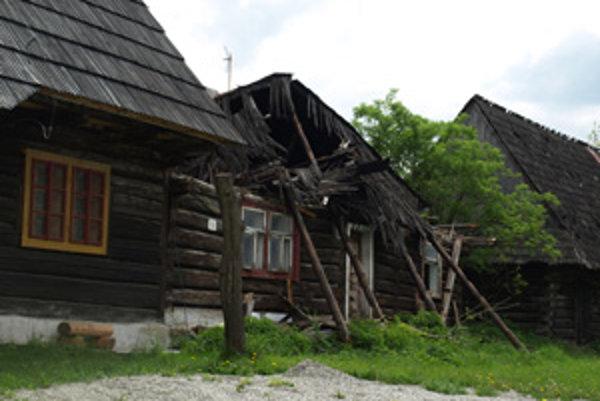 Storočná drevenica sa po zime už nedá zachrániť.