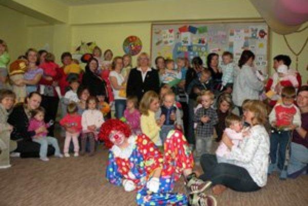 Na otvorenie Sedmokrásky prišlo niekoľko desiatok mamičiek s deťmi.