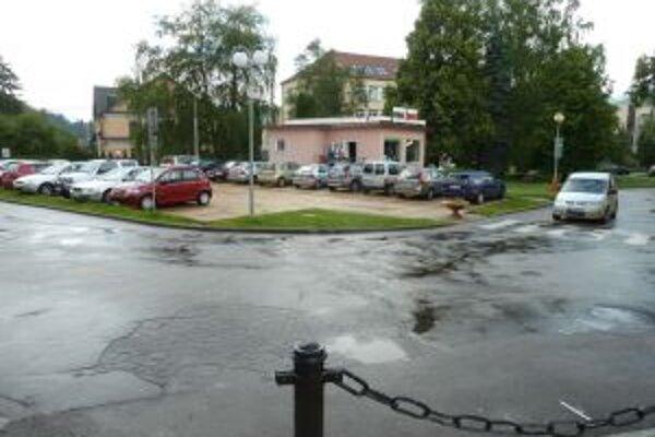 Pri vyrovnaní cesty zrušia parkovisko a zbúrajú predajňu bicyklov (vzadu).