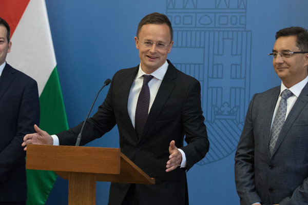 Šéf Národnej investičnej agentúry Róbert Andik, minister zahraničia Péter Szijjártó a primátor Debrecína László Papp (vpravo) oznamujú investíciu BMW.