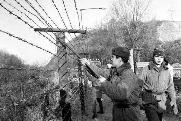 """Ženijno-technické zátarasy v hraničnom pásme pri Devíne začali odstraňovať 11. decembra 1989. O likvidácii rozhodla  Federálna vláda ČSSR tam, kde si to """"vyžaduje rozširovanie turistického ruchu a styk pohraničných oblastí pri zachovaní nevyhnutných potrieb obrany""""."""