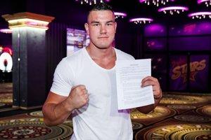 Tomáš Možný pózuje s novým kontraktom v Glory, najprestížnejšej federácii kickboxu.