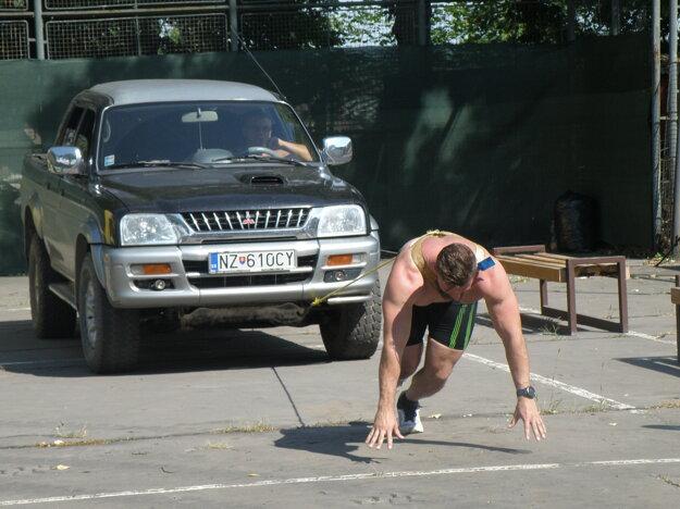 Terénne vozidlo ťahá neskorší víťaz súťaže Lukáš Masár