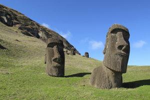Ostrov preslávili najmä tajomné obrie sochy.