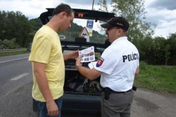 Letákmi s drastickými fotkami sa snaží polícia upozorniť vodičov, že alkohol za volant nepatrí.