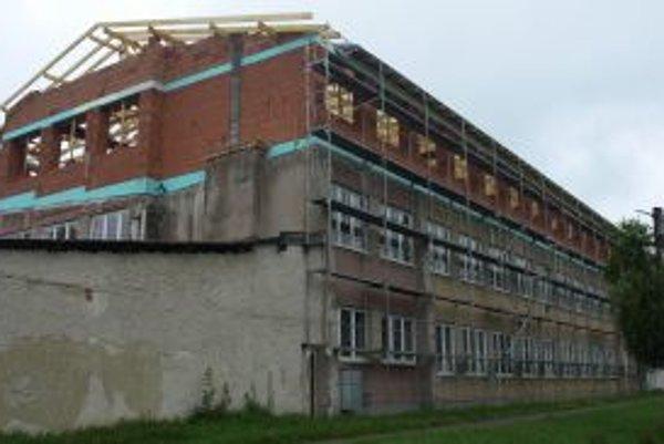 Strecha na budove základnej školy je už hotová.