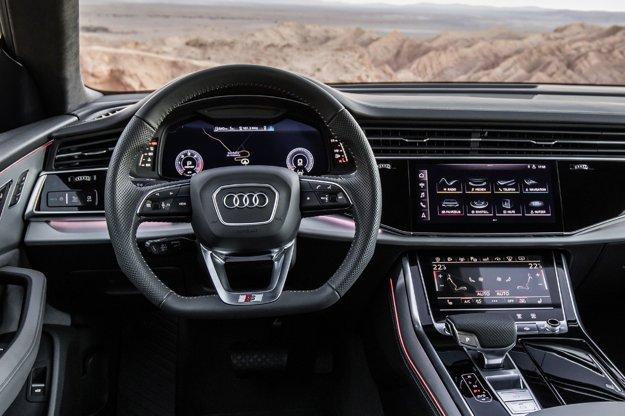 Prostredníctvom dvoch dotykových displejov, situovaných nad sebou v strede prístrojovej dosky, môže vodič ovládať prakticky všetky funkcie vozidla – horný ovláda infotainment a navigáciu, dolný klimatizáciu a rôzne komfortné funkcie vozidla.