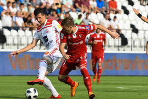 Trenčan Hamza Čatakovič (vľavo) v súboji s hráčom súpera.