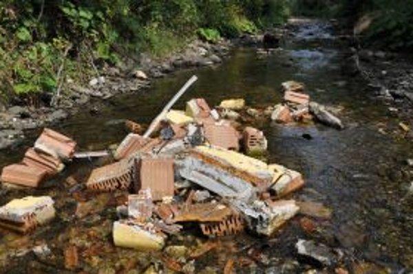 Do Havranského potoka niekto vysypal dve kopy stavebného odpadu.