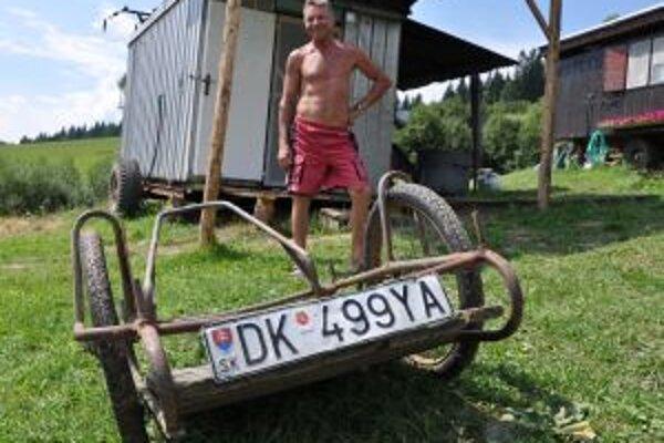 Bača Ján Červeň so svojim označeným vozíkom.