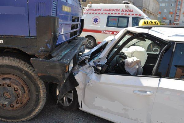 Osobné auto vošlo po náraze prednou časťou pod nápravu Tatrovky.