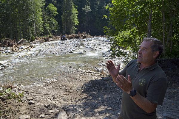 Riaditeľ Štátnych lesov TANAP Pavol Fabian počas návštevy krízovej oblasti postihnutej júlovým prívalovým dažďom v Tatranskom národnom parku TANAP pri príležitosti tlačovej konferencie Ministerstva pôdohospodárstva a rozvoja vidieka (MPRV) SR a Štátnych lesov TANAP k júlovým prívalovým dažďom.