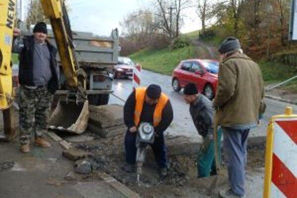 Odtokový žľab zabráni vode dostať sa na námestie.