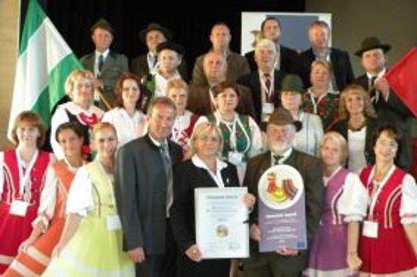 Oravská Lesná sa stala dedinou roka 2011, napriek tomu sa niektorím občanom práca starostky Viery Mazúrovej (štvrtá sprava) nepáči.