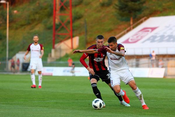 Erik Jirka z FC Spartak Trnava (vľavo) a Matúš Turňa z FK Železiarne Podbrezová.