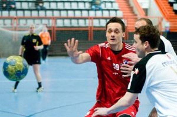 Martin Kozák (v červenom) bojuje s obranou Linzu.
