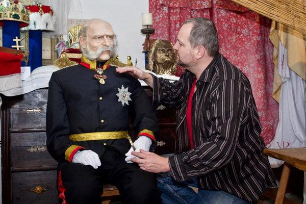 Roman Bajzík pri figuríne Františka Jozefa.